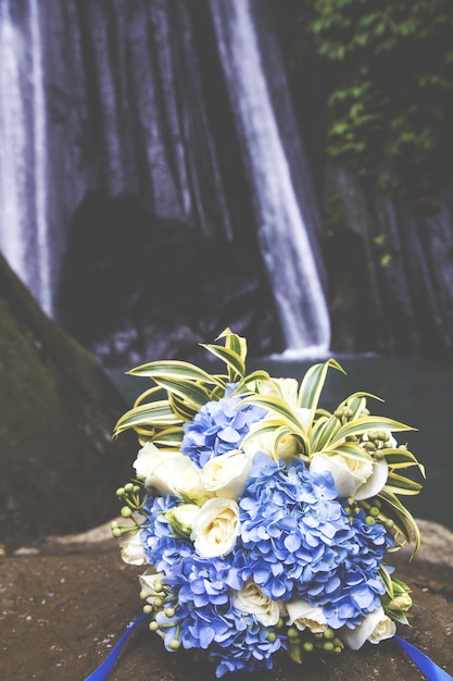 Braut hochzeit bouque ist am strand Premium Fotos