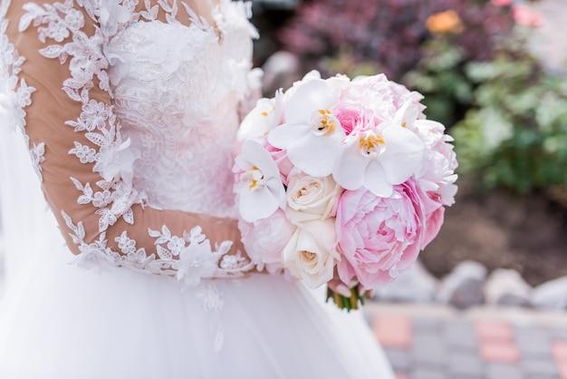 Braut Im Reichen Kleid Halt Rosa Hochzeitsblumenstrauss Von Orchideen