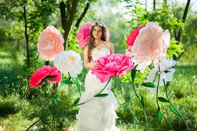 Braut in einem grünen park Premium Fotos