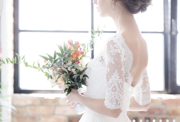 Braut in ihrem hochzeitskleid Kostenlose Fotos