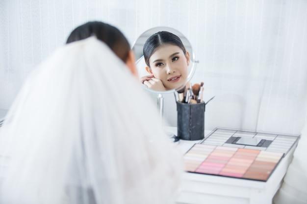 Braut machen haare mit kleid Kostenlose Fotos