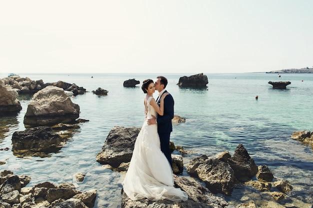 Braut nass maldives felsen umarmen Kostenlose Fotos