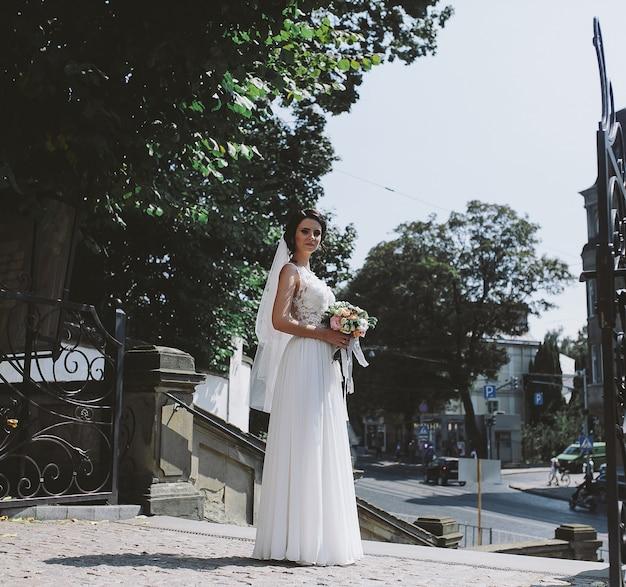 Braut posiert auf dem hintergrund der altstadt Kostenlose Fotos