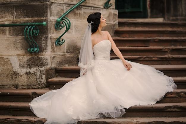 Braut Sitzt In Der Treppe Kostenlose Foto