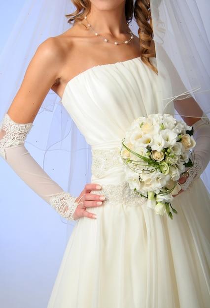 Braut trägt ein hochzeitskleid Premium Fotos