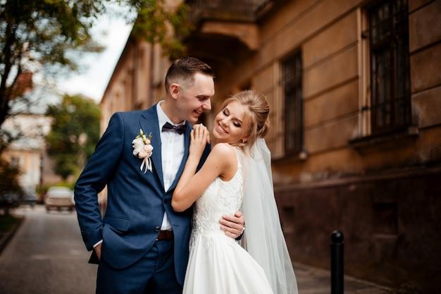 Braut und bräutigam am hochzeitstag Premium Fotos