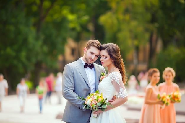 Braut und bräutigam an ihrem hochzeitstag Premium Fotos