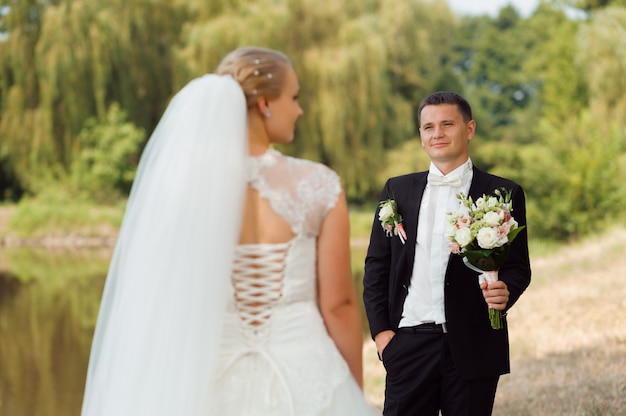 Braut und bräutigam auf dem weg Kostenlose Fotos