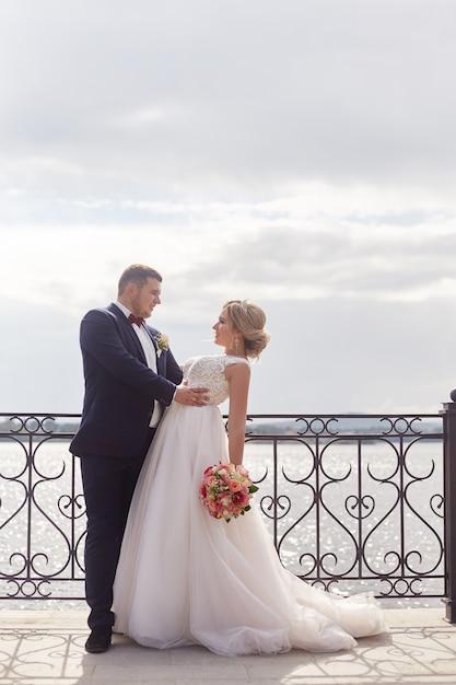 Braut und bräutigam, die für immer umarmen und küssen Premium Fotos