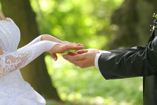 Braut und bräutigam erreichen die hände Premium Fotos