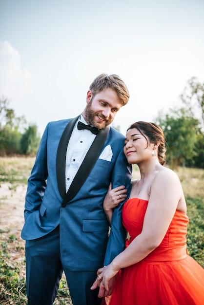 Braut und bräutigam haben romantische zeit und glücklich miteinander Kostenlose Fotos