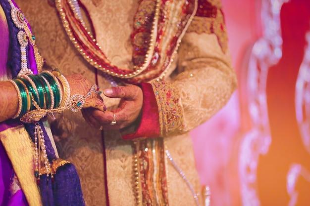 Braut und bräutigam hände, indische hochzeit Premium Fotos