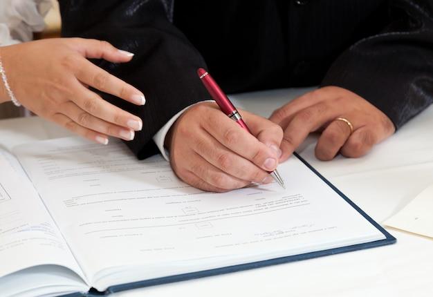 Braut und bräutigam unterzeichnen heiratsurkunde Premium Fotos