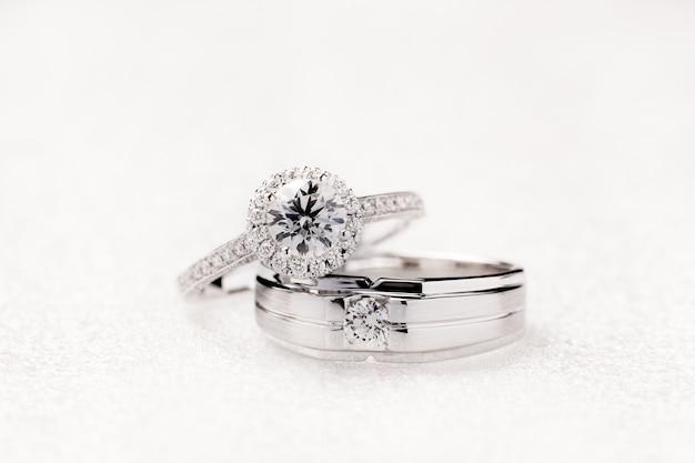 Braut- und bräutigamhochzeits-verlobungsringe auf weißem hintergrund Premium Fotos