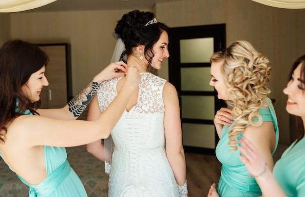 Braut und brautjungfern haben spaß und lachen während der hochzeitsvorbereitungen Kostenlose Fotos
