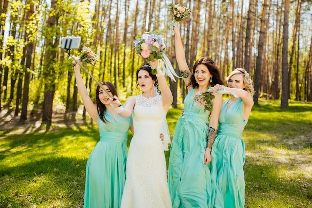 Braut und brautjungfern mit hochzeitssträuße. sonniger hochzeitsempfang freudiger moment. Kostenlose Fotos