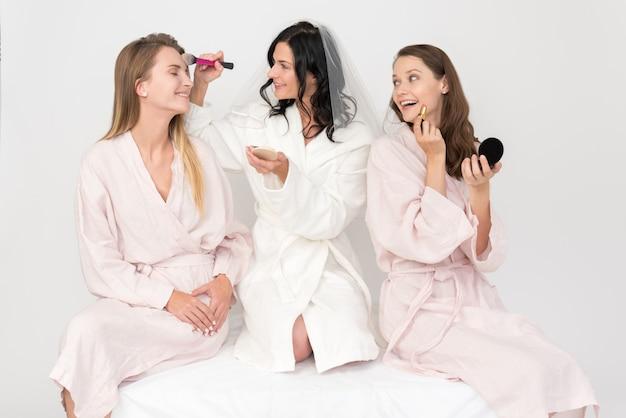 Braut und brautjungfern schminken sich Premium Fotos