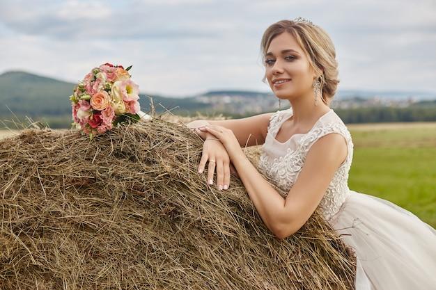Brautblumenstraußblumen, die bräutigam vor der heirat warten Premium Fotos