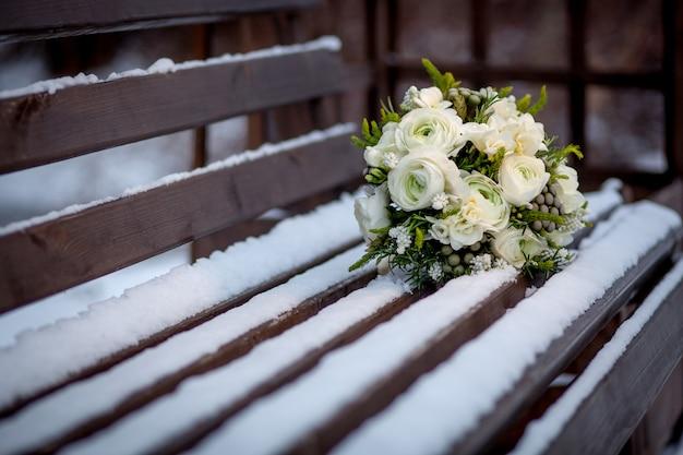 Brautstrauß, hochzeitsstrauß im schnee Premium Fotos