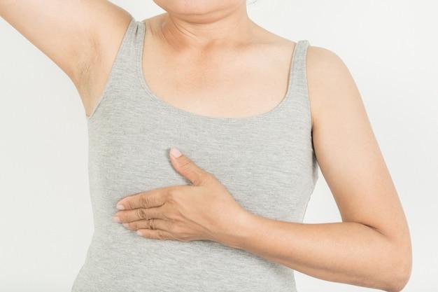 Breast screening bei frauen mit brustkrebs risiko auf grauem hintergrund Premium Fotos