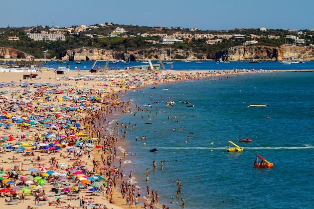 Breite ansicht eines gedrängten strandes auf portimao, portugal. Premium Fotos