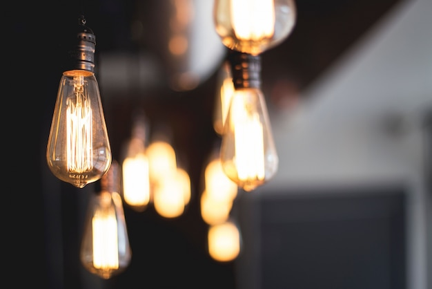 Breite selektive nahaufnahme von beleuchteten glühbirnen, die von einer decke hängen Kostenlose Fotos
