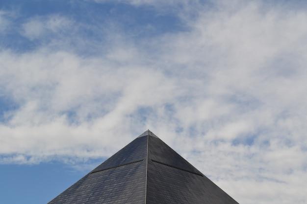 Breiter schuss einer grauen ägyptischen pyramide in las vegas, kalifornien unter einem blauen himmel mit wolken Kostenlose Fotos