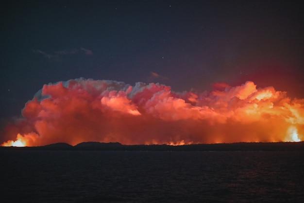 Breiter schuss von orangefarbenen wolken in einem dunklen nachthimmel Kostenlose Fotos