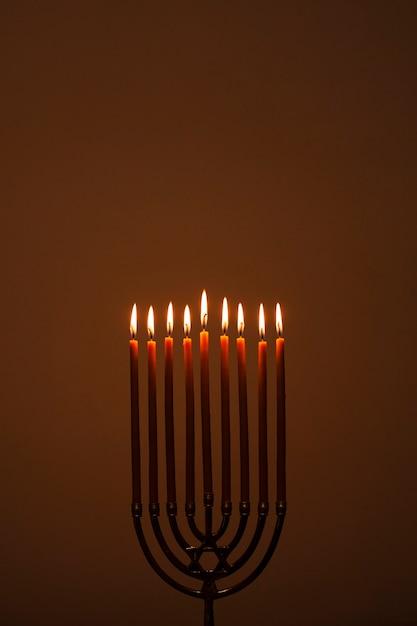 Brennen des religiösen kerzenständers Kostenlose Fotos