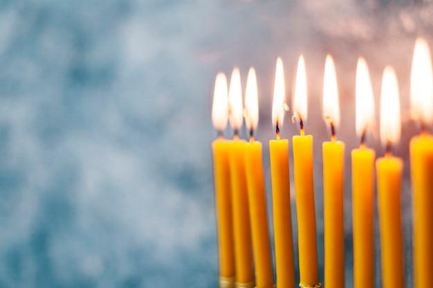 Brennende heilige kerzenständer der nahaufnahme Kostenlose Fotos