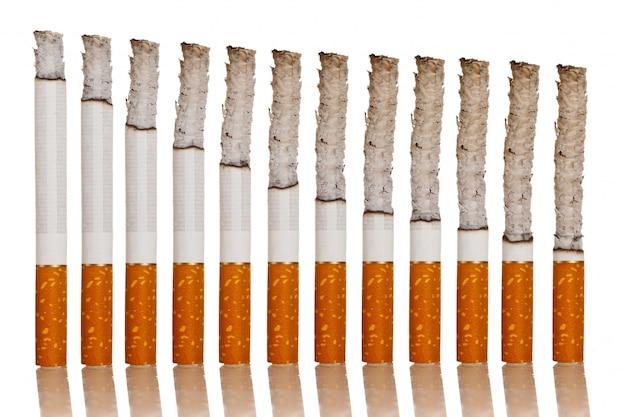 Brennende zigaretten stehen Premium Fotos