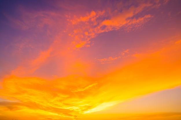 Brennender orange sonnenunterganghimmel. schöner himmel. Premium Fotos