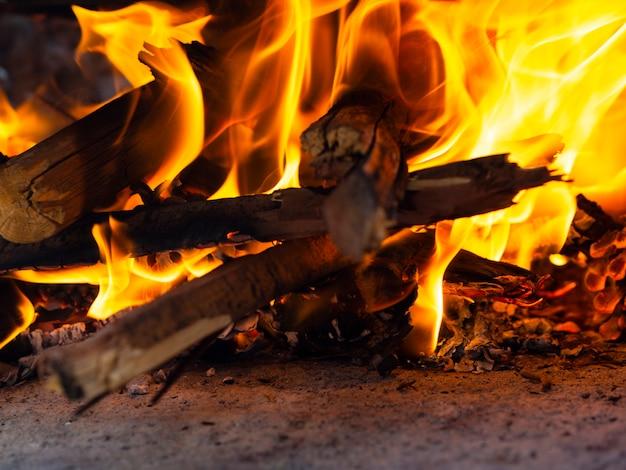 Brennendes brennholz im hellen feuer Premium Fotos