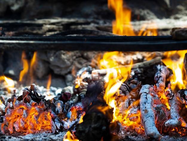 Brennendes brennholz mit heller flamme und flackernden kohlen Kostenlose Fotos