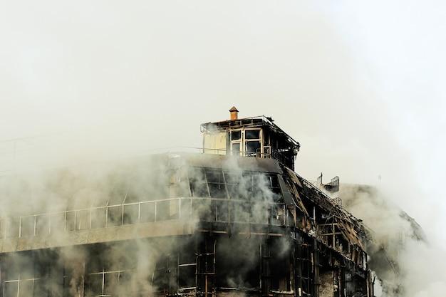 Brennendes einkaufszentrum oder mall mit rauche Kostenlose Fotos