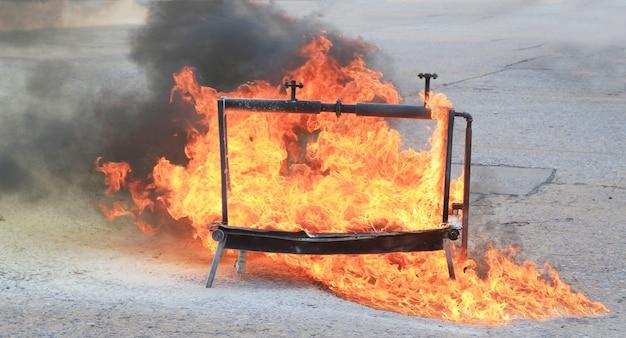 Brennendes feuer für das löschtraining. Premium Fotos
