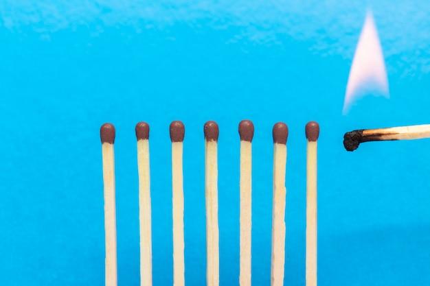 Brennendes streichholz Premium Fotos