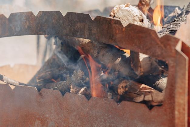 Brennholz im grill Kostenlose Fotos