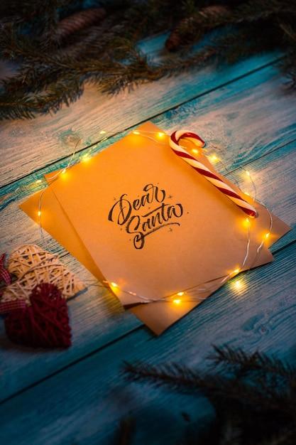 Brief an Dear Santa auf einem blauen Holztisch im Weihnachtsgeist ...
