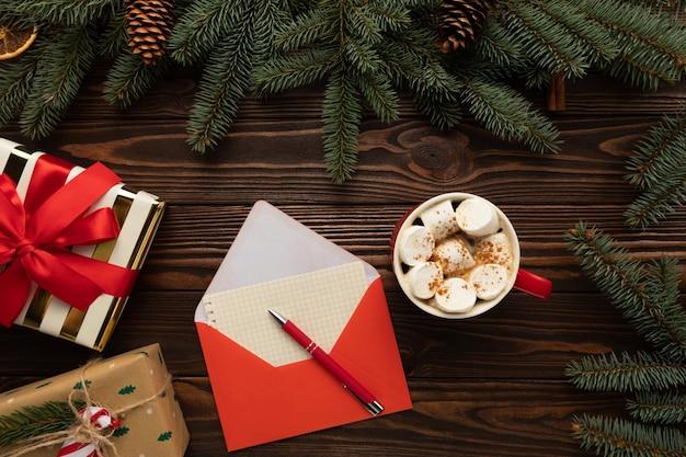 Brief an den weihnachtsmann mit weihnachtswünschen Premium Fotos