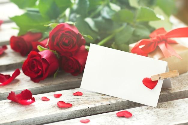 Brief mit einer wäscheklammer und rosen Kostenlose Fotos