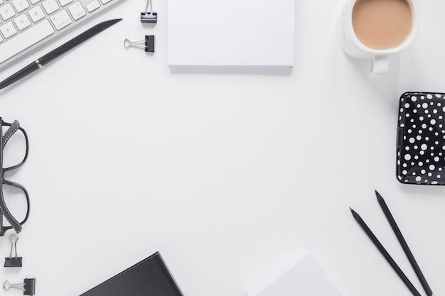 Briefpapier nahe gläsern und tastatur Kostenlose Fotos