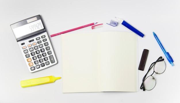 Briefpapier oder büroausstattung auf weißem hintergrund. notizbuch mit leerer mittelstellung. Premium Fotos