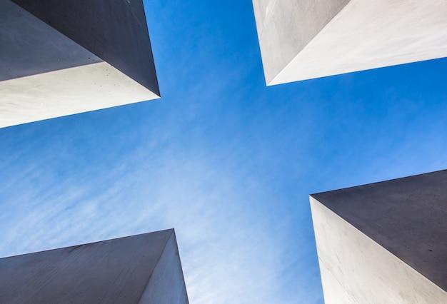 Brillantes architektonisches stück aus einem niedrigen winkel Kostenlose Fotos