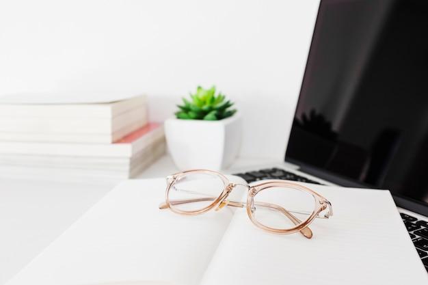 Brille; notebook und laptop am schreibtisch Kostenlose Fotos