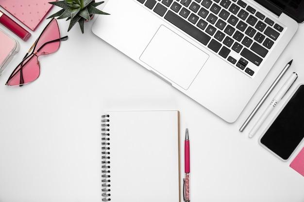 Brillen. . femininer home-office-arbeitsbereich, copyspace. inspirierender arbeitsplatz für produktivität. konzept von business, mode, freelance, finanzen und kunstwerken. trendy pastellrosa farben. Kostenlose Fotos