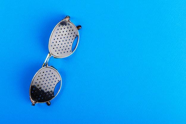 Brillentrainer. schwarze lochbrille. medizinisches konzept. ansicht von oben Premium Fotos