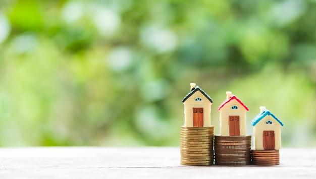 Bringen sie modell- und münzengeld auf tabelle für finanz- und bankwesenkonzept unter. Premium Fotos