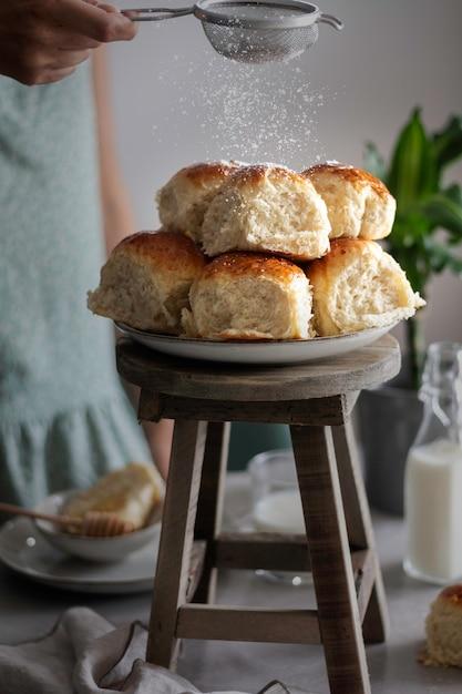 Briochebrötchen mit honig und milch - essen und trinken Premium Fotos