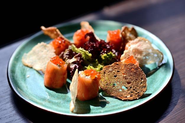 Brötchen mit lachs, käse, rotem kaviar und crackern Premium Fotos